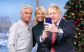 UK Johnson Uses Huawei P20 for Selfies