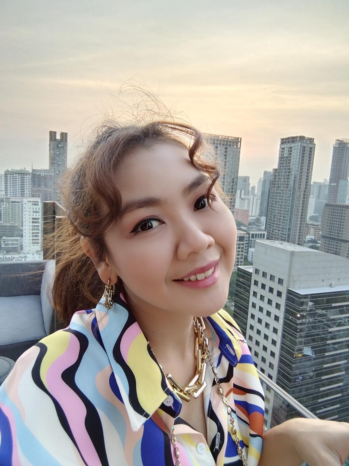 ภาพถ่ายจากกล้องหน้ามือถือ vivo Y31 ผู้หญิงถ่ายเซลฟี่บนดาดฟ้า Roop Top ของตึก